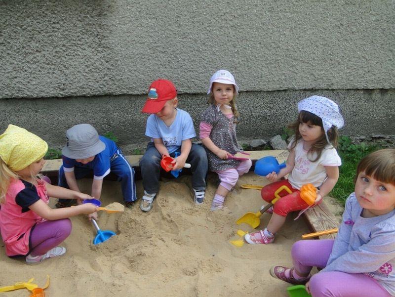 Maluszki - Zabawa w ogrodzie1