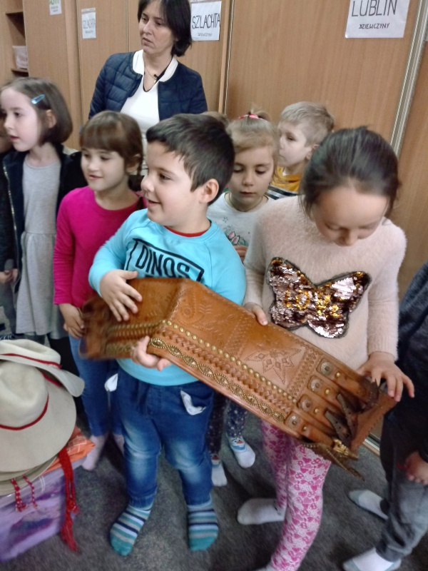 Zwiedzanie garderoby Zespolu Pieśni i Tańca - Starszaki